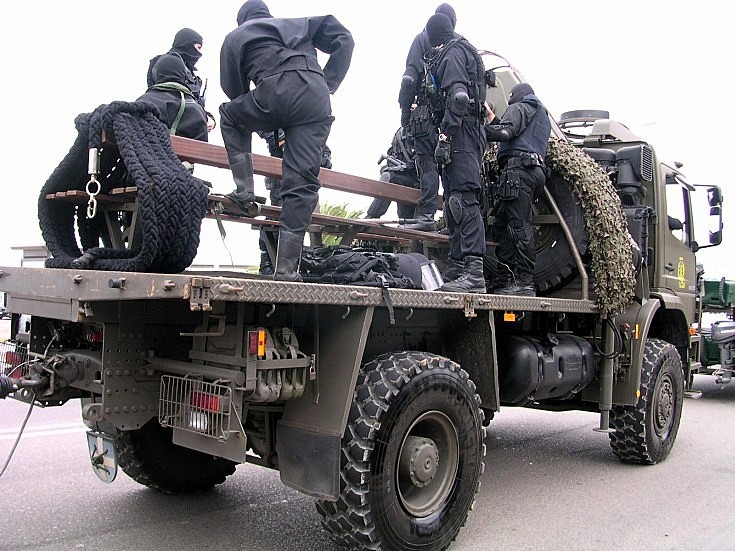 Mercedes transporting Fusilieros