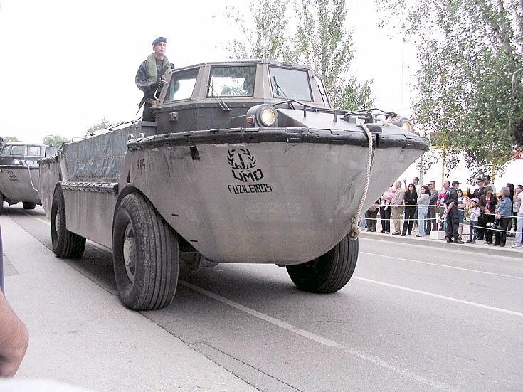 LARC5 of the Fuzileiros in parade